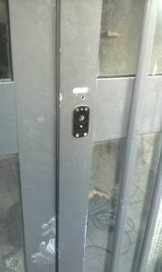 Effrazioni sulla porta, ma i ladri restano fuori