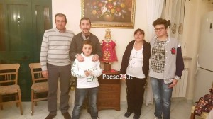 La famiglia Rino e don Diego attorno a Gesù Bambino
